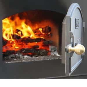 Holzbackofen mit Feuerglut