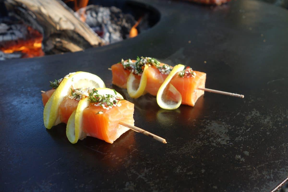 Lachs mit Zitronen Spiessli auf dem Feuerring