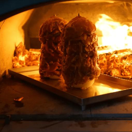 Gyrossspiess mit Fleisch im Holzbackofen